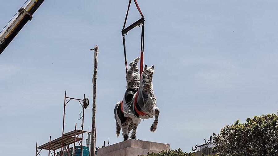 Habib Burgiba heykeli, Muhammed Buazizi meydanına yerleştiriliyor.