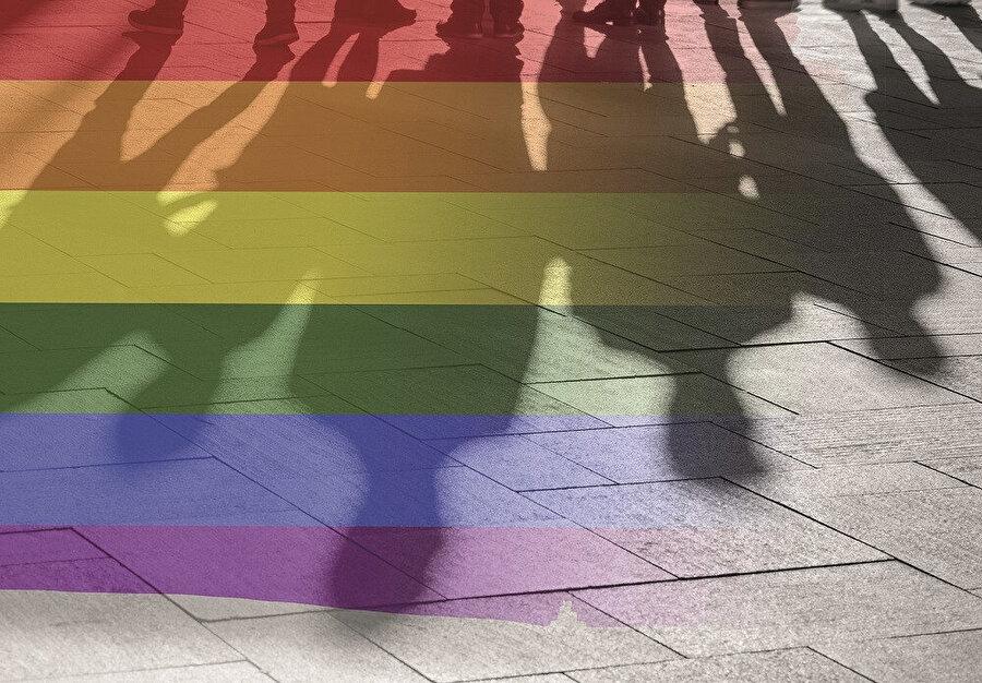 Eşcinsel/feminist lobisi ile 'normal insanlar' arasındaki kutuplaşmada ellerindeki ekonomik gücü kimden yana kullanacağını ilan eden TUSİAD ile Zorlu, Koç ve Sabancı Grupları, böylece sözleşmeden çekileceğini açıklayan hükümete de 'challenge accepted' demiş oldu.
