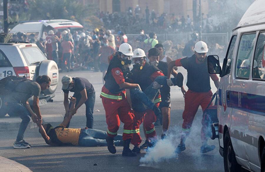 Şehitler Meydanı'nda güvenlik güçlerinin müdahalesi sonucu yaralananlar ambulanslara taşındı.