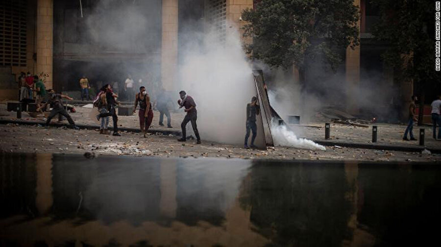 Gösteri alanında yer alan Le Gray Hoteli'nin önünde güvenlik güçleri ile göstericiler arasında yaşanan gerginlik.
