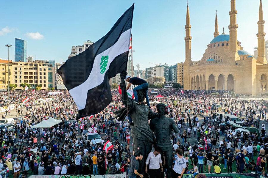 Başkent Beyrut'un göbeğindeki Şehitler Meydanı'nda bir araya gelen binlerce kişi, siyasi reform istedi.