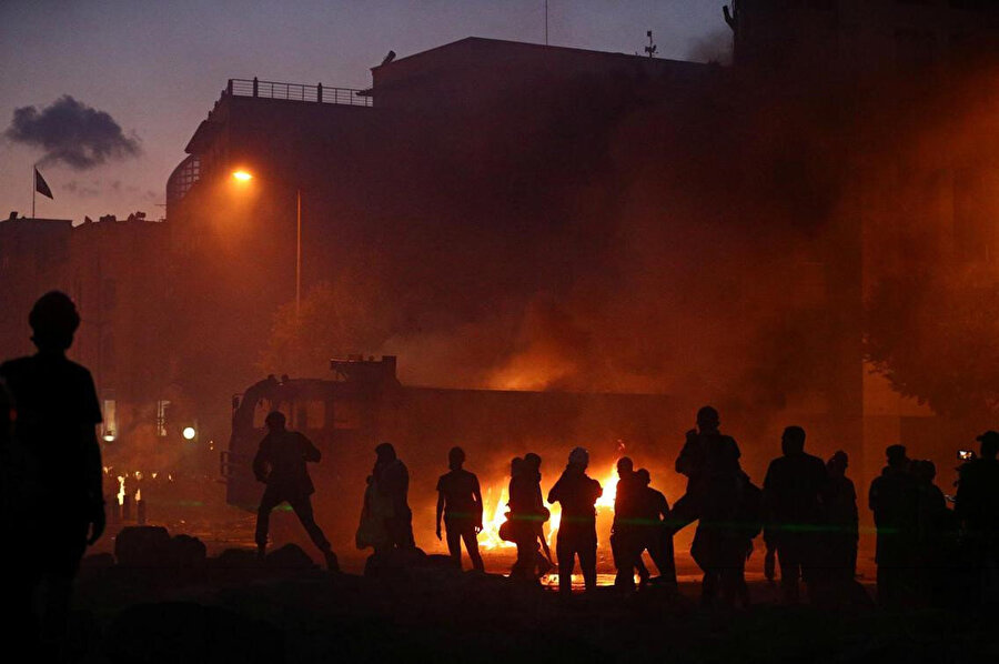 Öğleden sonra başlayan ve geç saatlere kadar devam eden protesto gösterileri sırasında bölgedeki bir kamyon ateşe verildi.