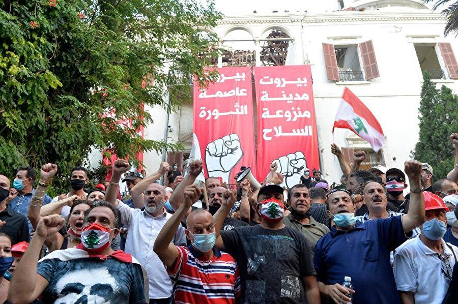 """""""Beyrut silahsızlandırılacak bir kent olacak"""", """"Beyrut devrim şehridir"""" sloganları atan göstericiler."""