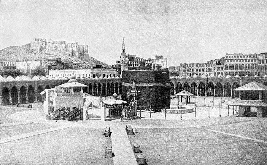 Kabe, hemen üstünde Osmanlı'ya ait Ecyad kalesi