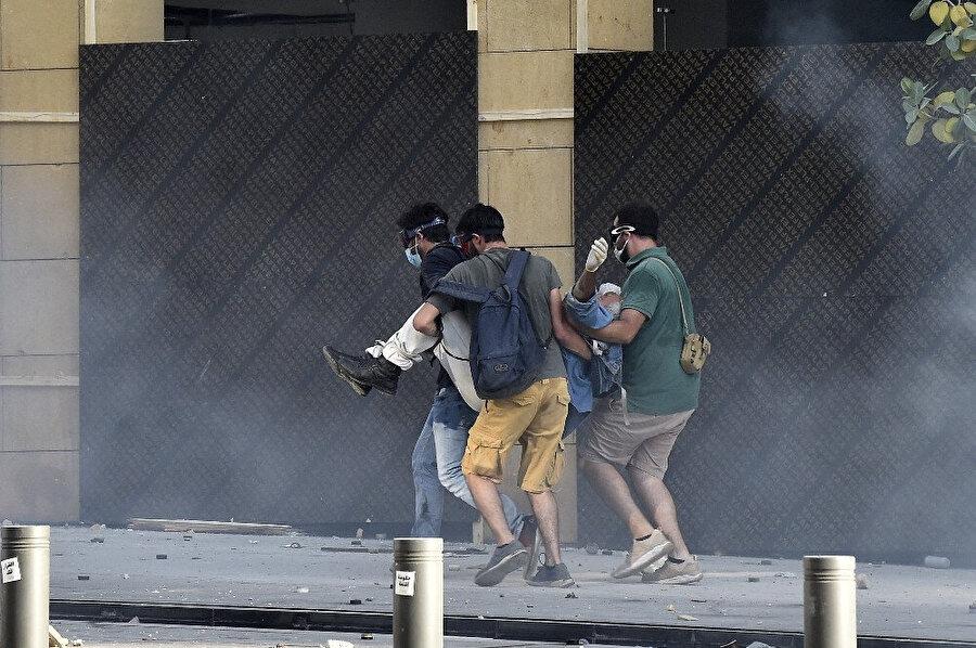 Gösteriler sırasında yaralanan bir kişi böyle taşındı.