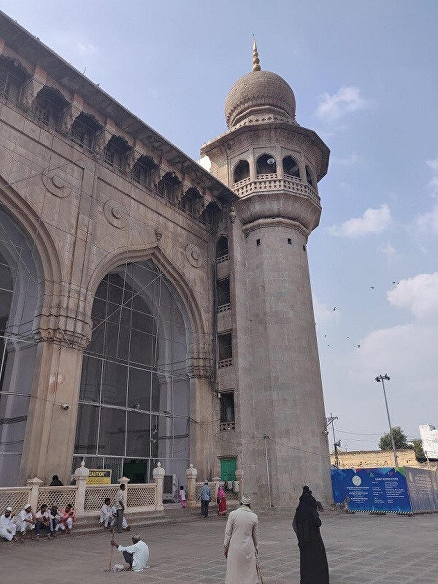 Mekke Mescidi'nin sekizgen balkonlu köşe minarelerin yüksekliği düşüktür ve caminin parapet (çatı) seviyesinin üzerine çıkmamaktadır.