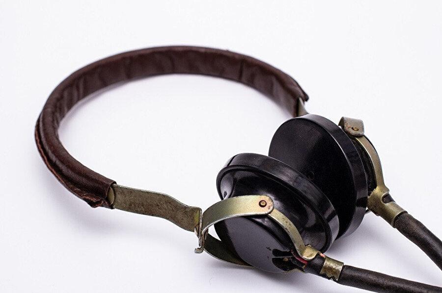 1937 yılında, Alman kulaklık ve mikrofon devi Beyerdynamic, ilk bağımsız kulaklıklar üretti.