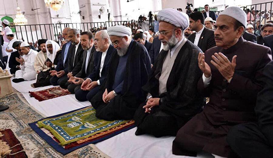 Şimdiki İran Cumhurbaşkanı Hasan Ruhani, Mekke Mescidi'nde Cuma namazı kılarken görülüyor.