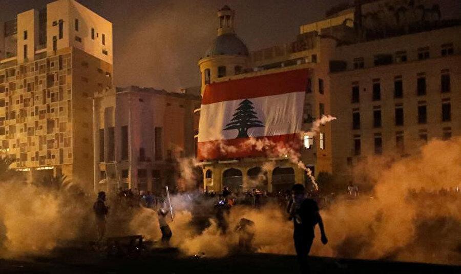 Bakanların istifasına yol açan Lübnan'ın başkenti Beyrut'ta düzenlenen protestolar.
