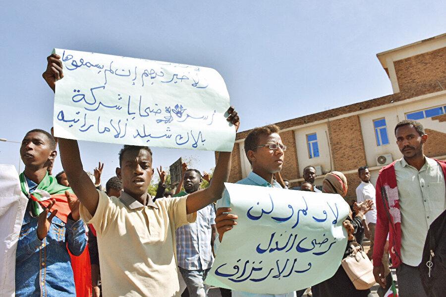 Sudanlı gençler BAE'yi protesto ediyor