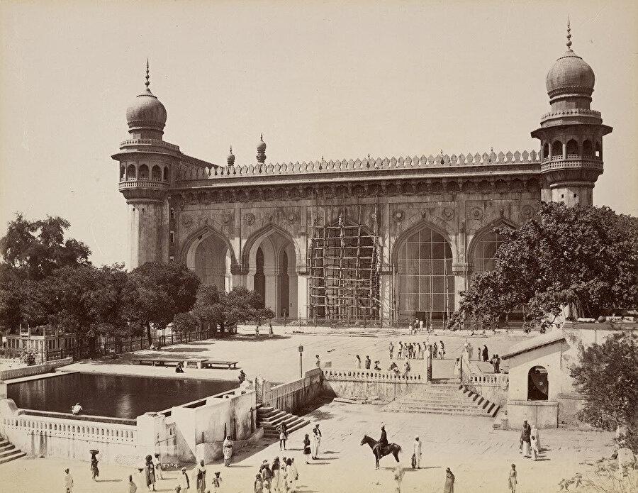 Günümüzde Hindistan'ın en büyük camileri arasında gösterilen Mekke Mescidi, 1880'ler.
