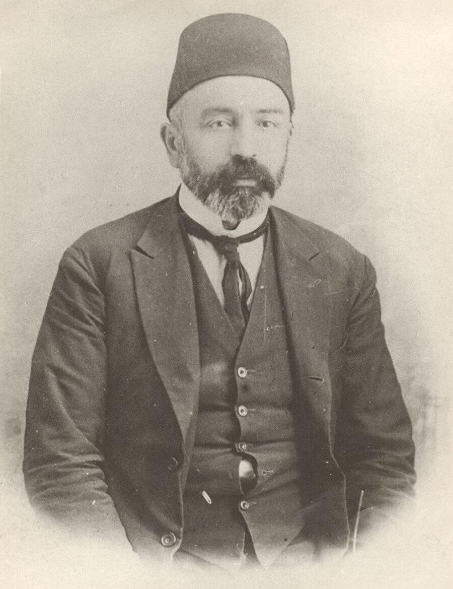 Mehmed Âkif; şiirde geçen yaşlı kadının tavrına ve sözlerine sert fırça darbeleri eklemekte cimri davranmaz.