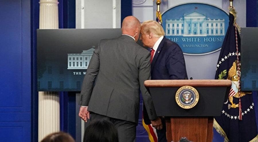 Gizli servis elemanları Trump'ı oval ofise götürdü