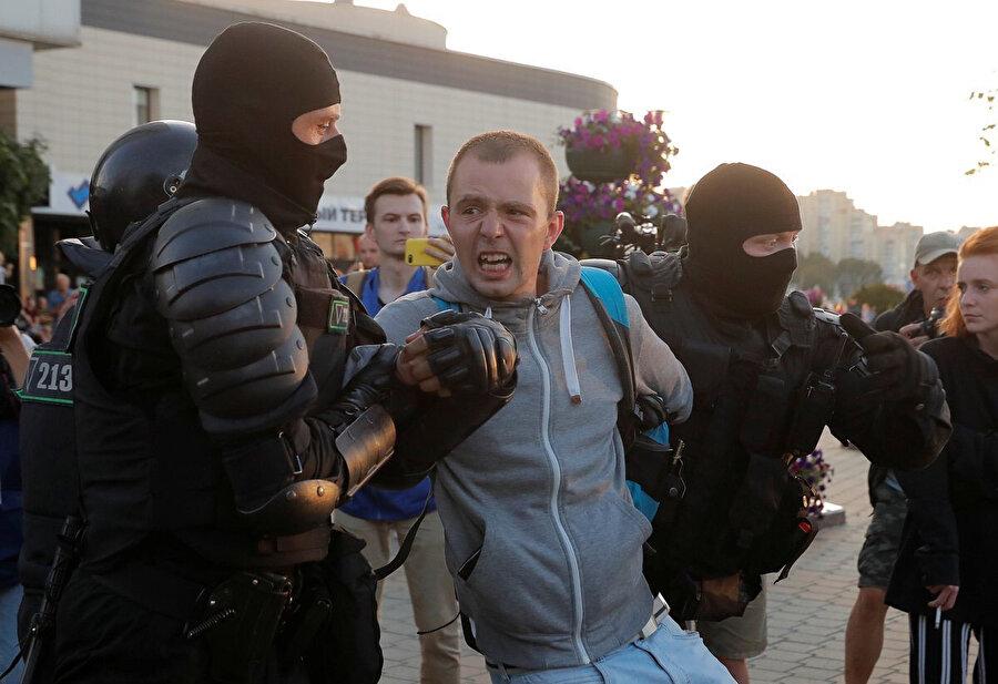 Polisle göstericiler arasında şiddetli çatışmalar yaşanıyor - Reuters
