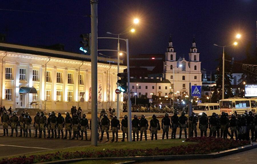 Polis şehrin belirli bölgelerinde barikatlar hazırlamış durumda - Reutersnn