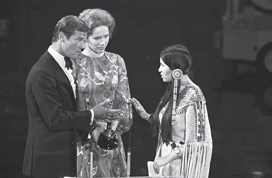 İkinci Oscarını Amerika'nın Kızılderililere karşı uyguladığı politikayı protesto etmek için ödülü almaya dahi gelmemiştir.