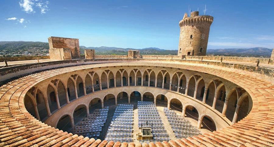 Almudania Sarayı, İspanya'nın otonom bir bölgesi olan Balear Adaları'na bağlı Mayorka Adası'nın başkenti Palma de Mallorca'da tarihi kraliyet sarayıdır.