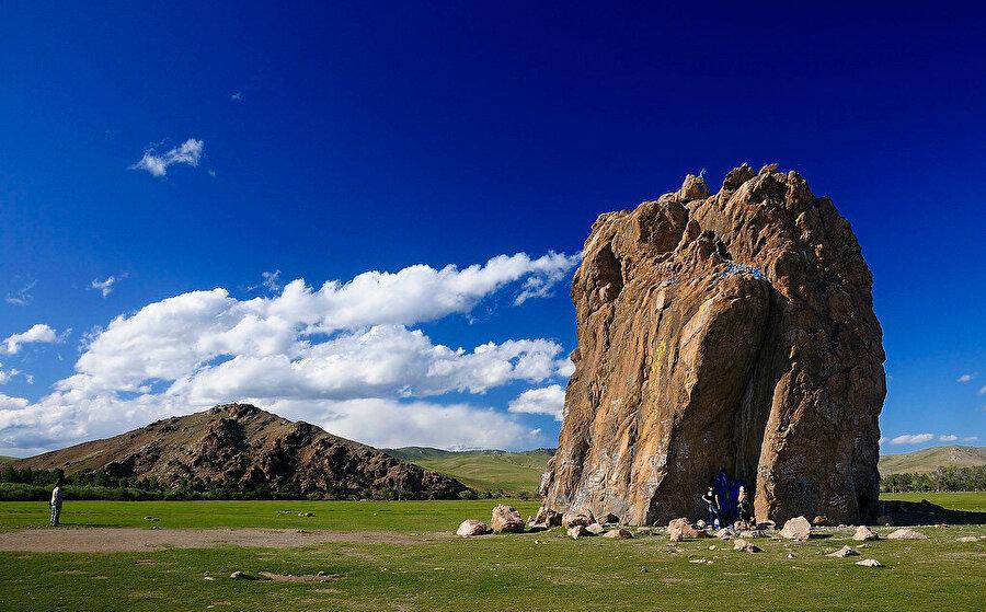 Moğolistan'ın Kazakistan'a sınırı olmamasına rağmen ülkenin en batısı Kazakistan'ın doğu ucuna birkaç kilometre uzaktadır.