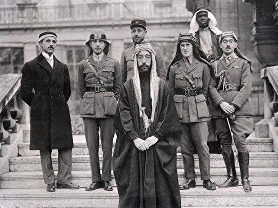 1919 Paris Barış Konferansı'nda; Faysal, T. E. Lawrence ve Hicaz delegasyonu ile birlikte. Birinci Dünya Savaşı'ndan sonra Paris Barış Konferansı'nda Ortadoğu'nun sınırları yeniden çizilirken T.E. Lawrence, Haşimi Krallığı için daha çok kazanım elde etmek için diplomasi faaliyeti sürdürmüştür.n