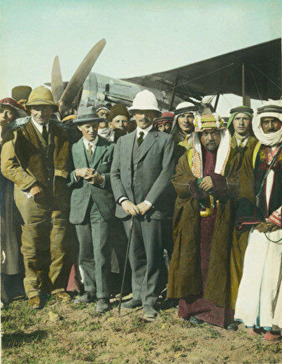 Soldan sağa: Gertrude Bell, ?, T.E. Lawrence, Herbert Samuel, Emir Abdullah, Şeyh Macid Paşa (Amman havalimanı, Nisan 1921)n