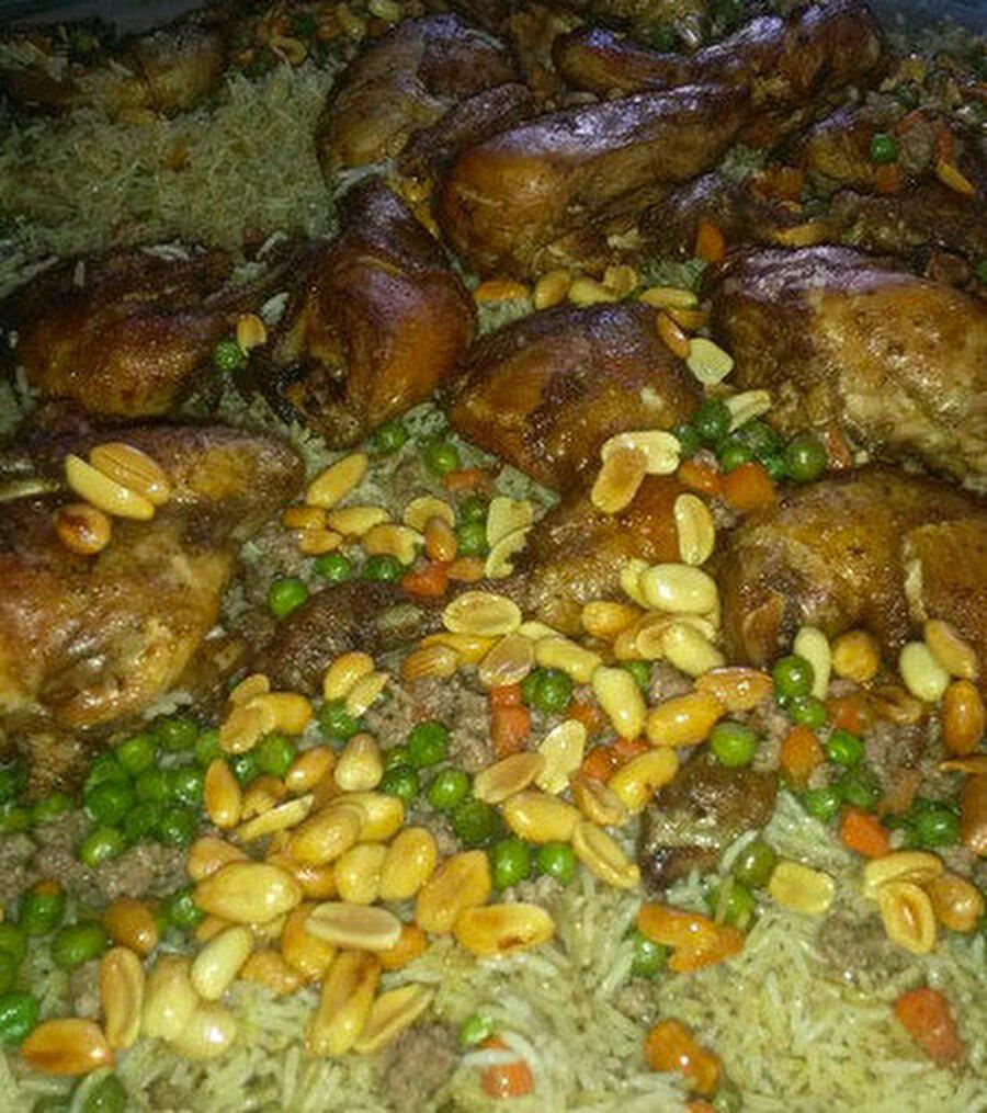 Tavuk, sebze ve baharat vd. malzemelerin karılmasıyla yapılan, kolayca pişirilebilen Ürdün'ün geleneksel kabsa yemeği.