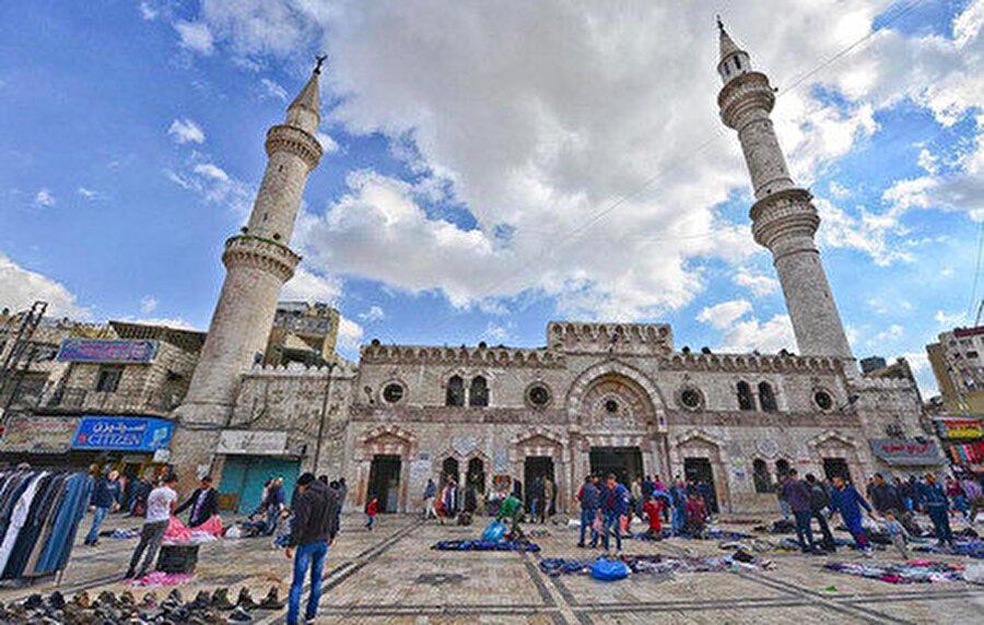 Büyük Hüseyin Cami, İslam'ın ikinci halifesi Ömer bin Hattab tarafından MS 640 yılında inşa edilmiştir.