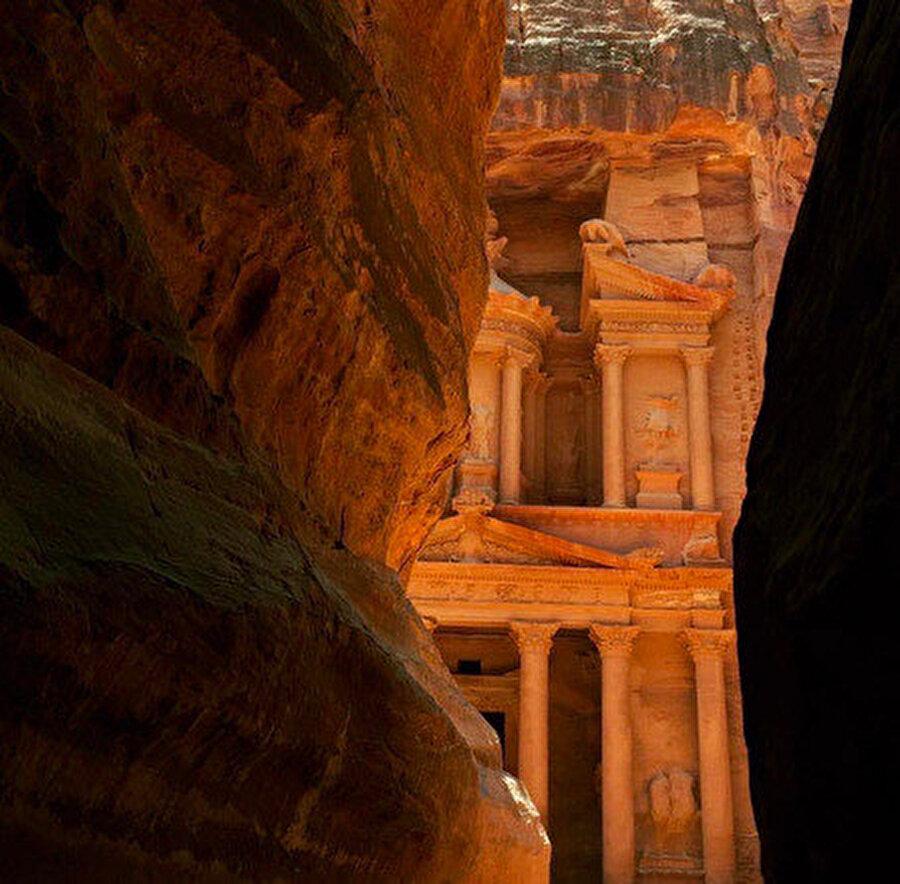 Petra antik kentine ulaşabilmek için Siq adı verilen yolu aşmak gerekir.