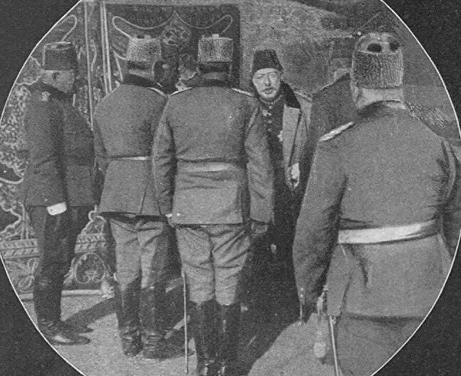 1911 Trablusgarp Savaşı hakkında bilgi edinen Mehmed V. Reşâd.