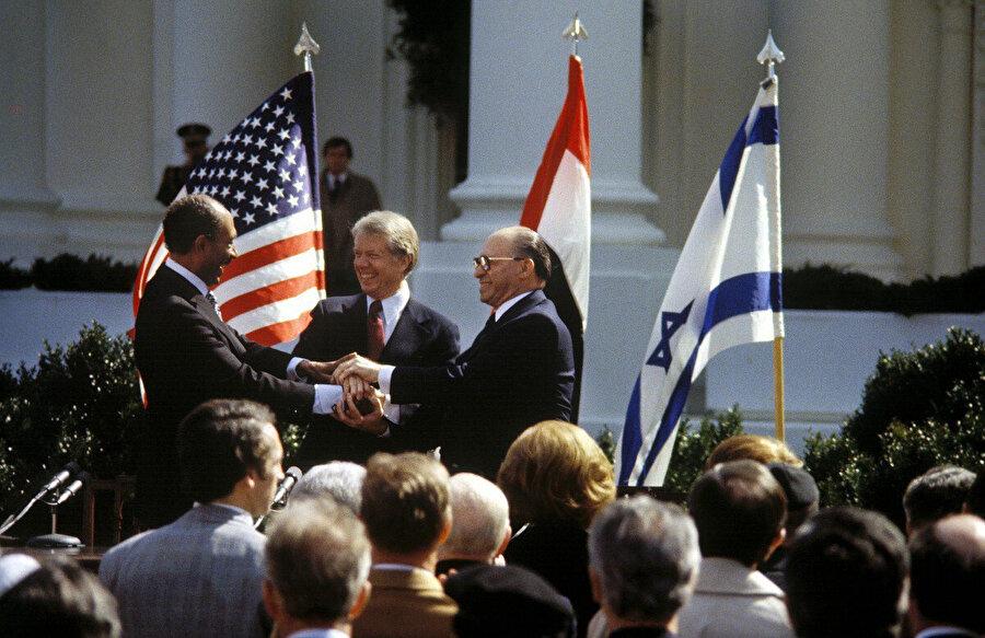 Enver Sedat, Menachem Begin ve Jimmy Carter, 26 Mart 1979 günü, Camp David Barış Anlaşması'nın imza töreninde.