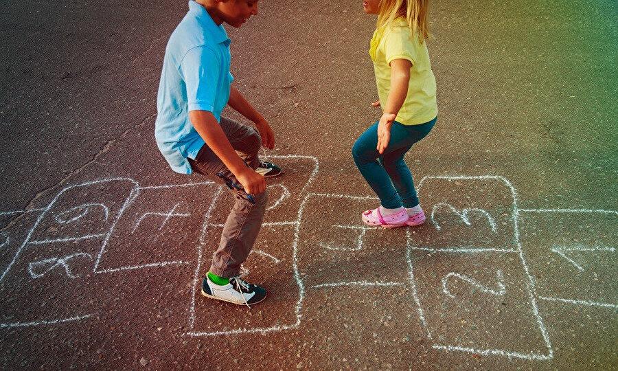 Geleneksel çocuk anlayışından modern çocukluk anlayışına evrilirken, kaybedilen en temel özgürlük alanını, çocuğun bağımsız hareket imkanı olarak görmek mümkündür