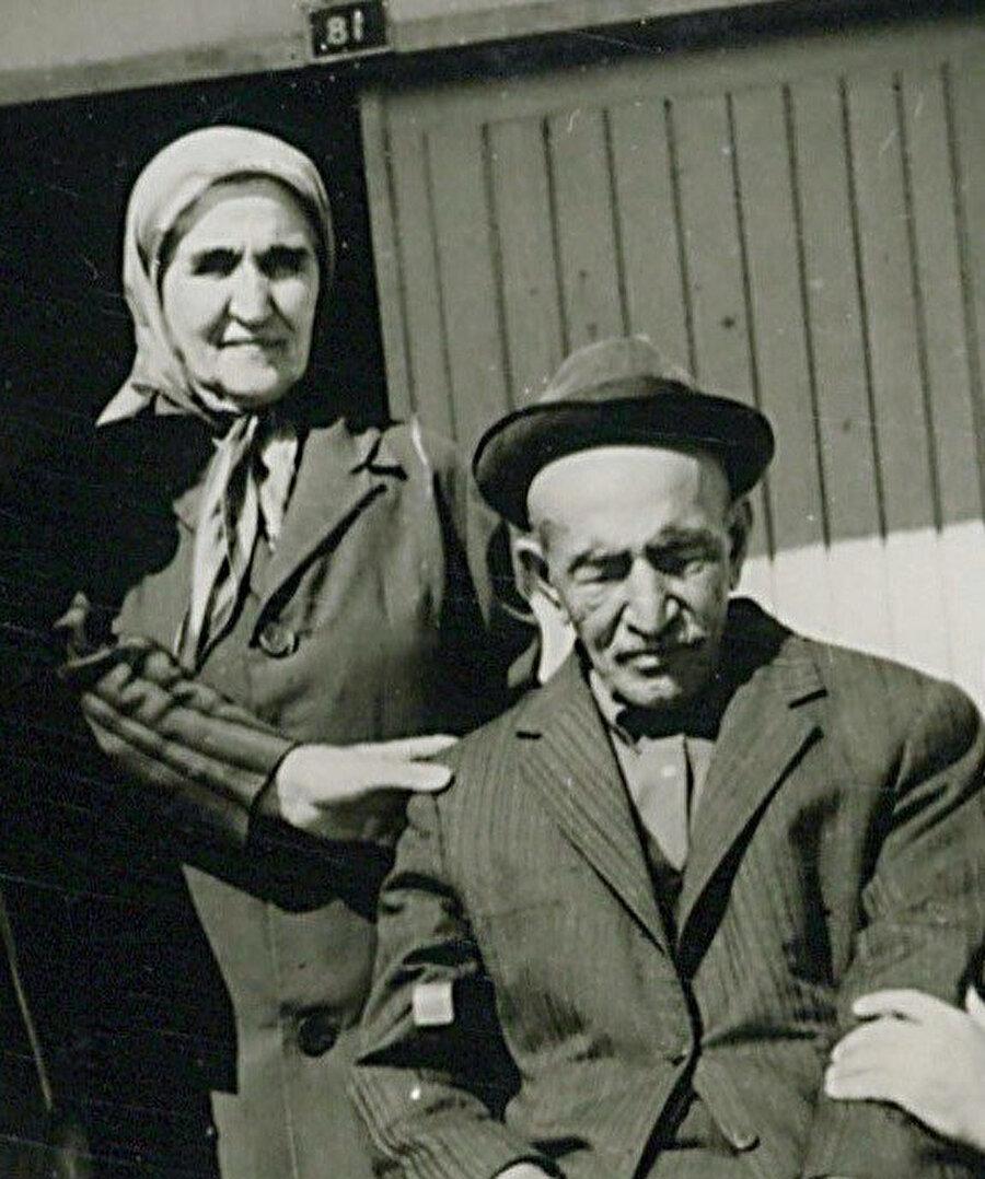 Âşık geleneğinin son büyük temsilcilerinden olan Âşık Veysel, bir dönem yurdu dolaşarak Köy Enstitüleri'nde saz hocalığı yaptı.