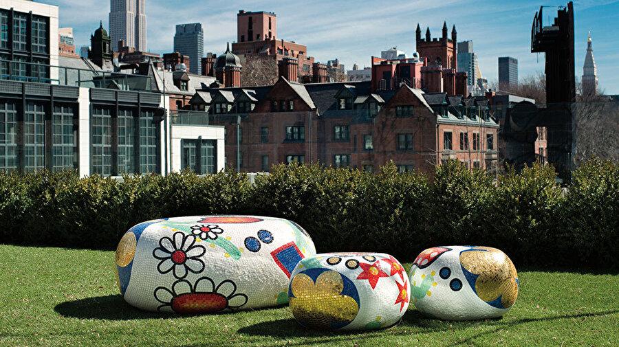 Bisazza için tasarladığı parlak cam karolarla kaplı 'Pebbles' sersinden örnekler.