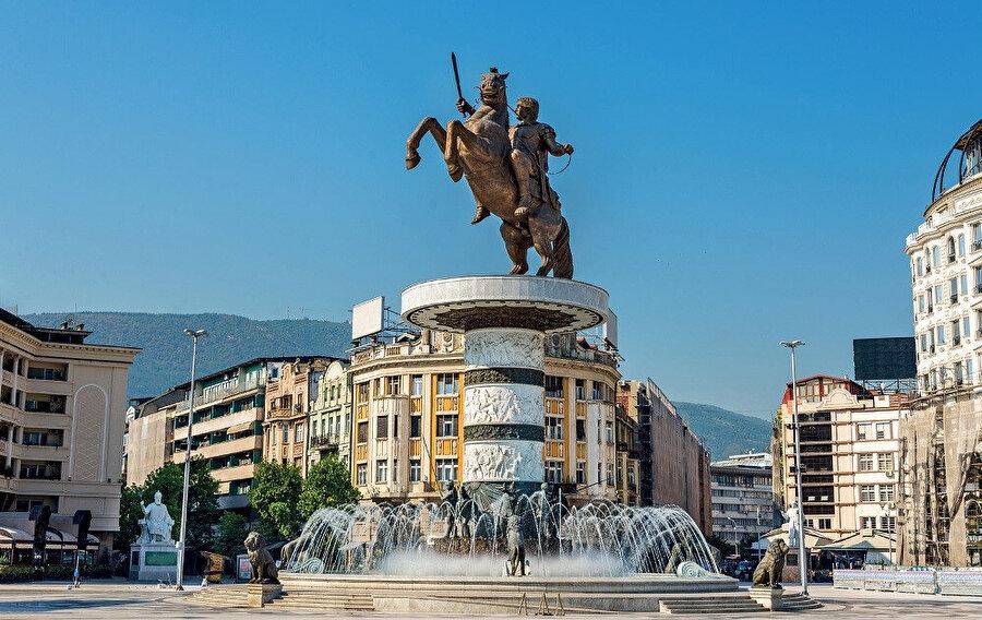 Ülkenin politik, kültürel, ekonomik ve akademik merkezi olan kent, ortasından geçen Vardar nehri tarafından ikiye ayrılır.