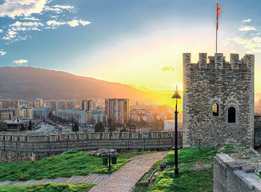 1282'de Sırp İmparatorluğu'nun bir parçası olan kent 1346'da ülkenin başkenti olmuş, 1392 yılında Osmanlılar tarafından ele geçirilmiş ve Türkler tarafından Üsküp olarak adlandırılmıştır.