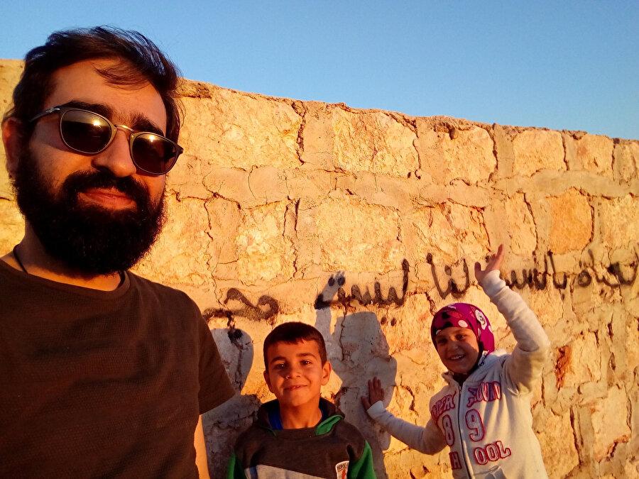 Yardımcı yönetmen Fatih Alibaz, Muaz ve Tesnim.