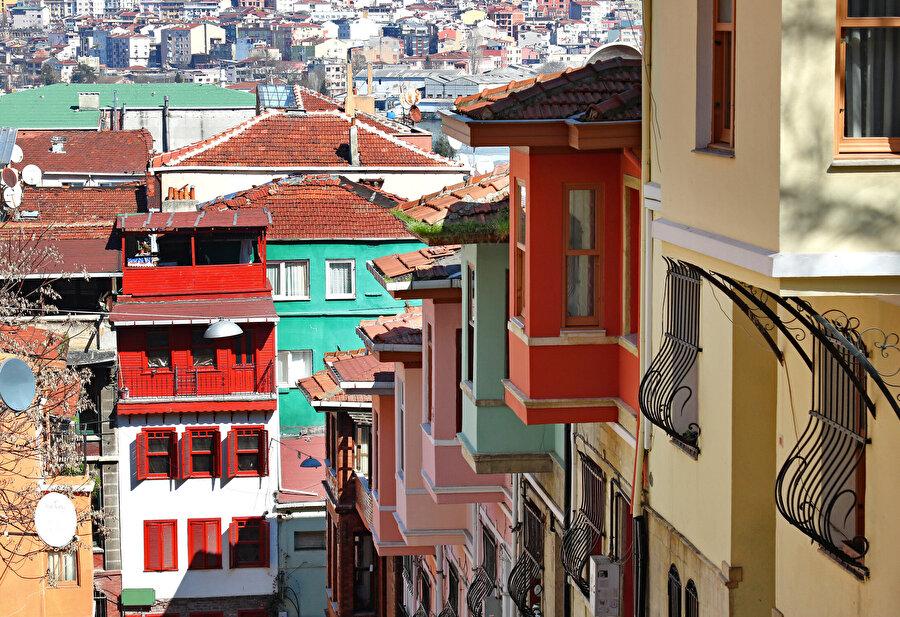 İstanbul'da her ilçenin kendine göre imar planı hazırlatıyor olması bizi bütüncül yaklaşımdan yoksun bırakıyor. İmar artışları, kentsel altyapıya çok ciddi zarar veriyor.