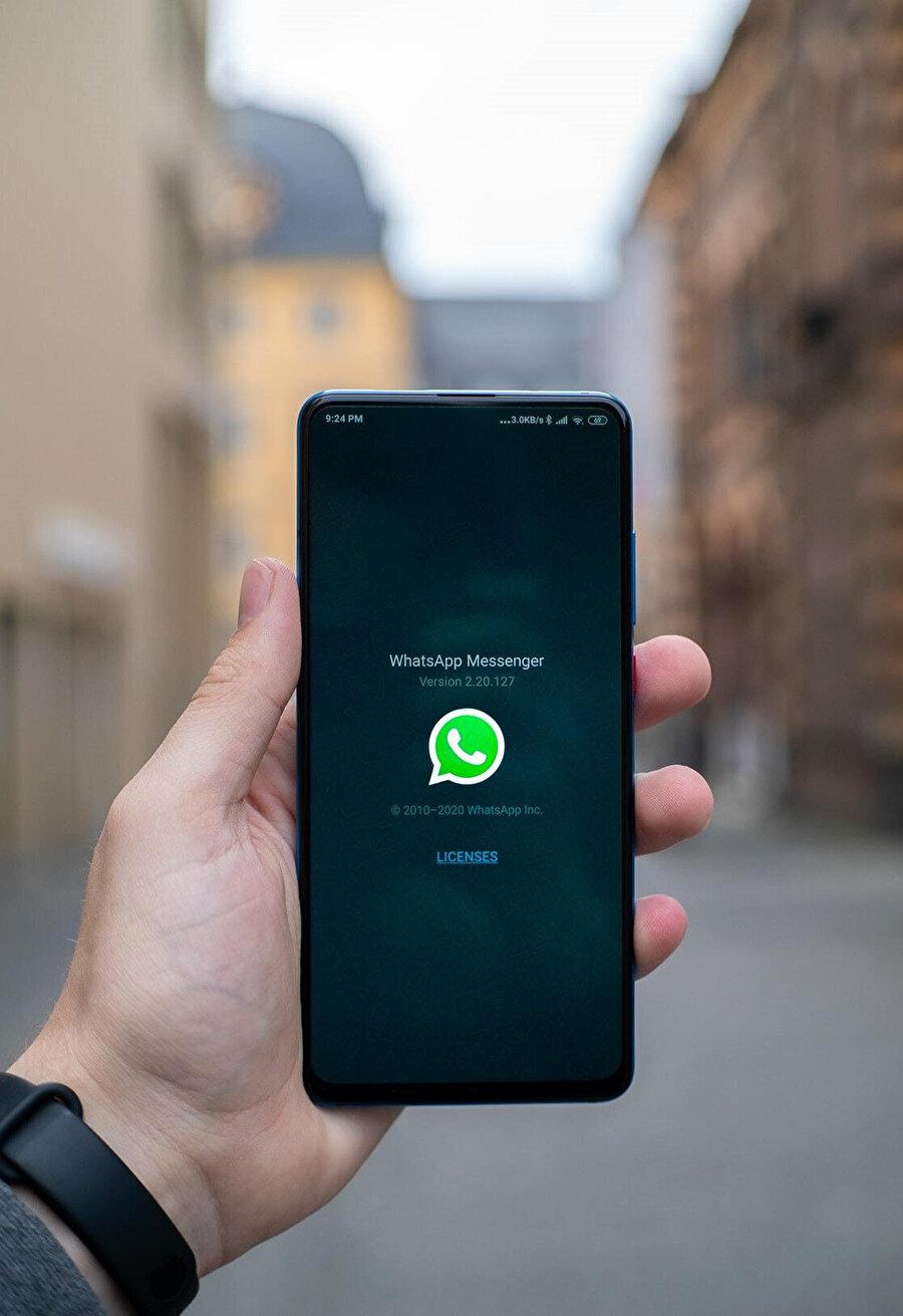 """WhatsApp'a """"muhabbet"""" perspektifinden yüklenen anlam ileri yaştaki kullanıcılara göre gençlerde çok daha yüksek."""