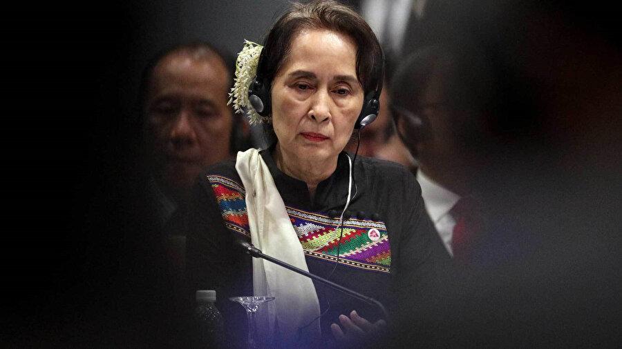 Ordunun operasyonlarda sivil yerleşimleri tahrip etmesi ile halka yönelik işlenen suçlar ve hak ihlallerinden sorumlu tutulan Myanmar Dışişleri Bakanı ve Devlet Başkanlığından Sorumlu Devlet Bakanı Aung San Suu Çii.