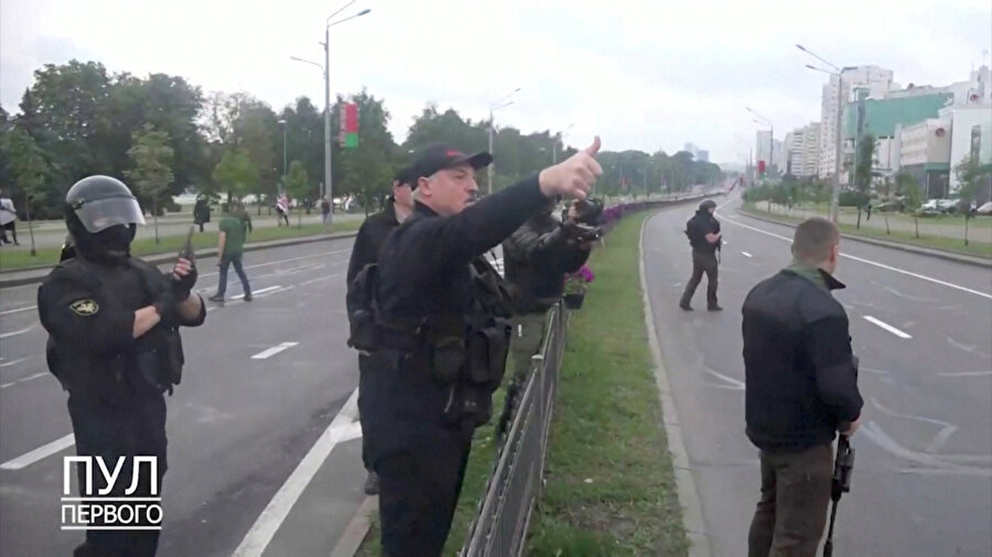 Lukaşenko Minsk'teki güvenlik güçlerine 'Her şey yolunda' işareti yaparken, 24 Ağustos 2020