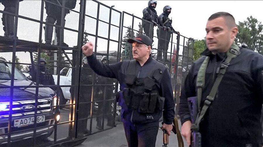 Lukaşenko'nun elinde kalaşnikof ve üzerinde çelik yelek görüldü
