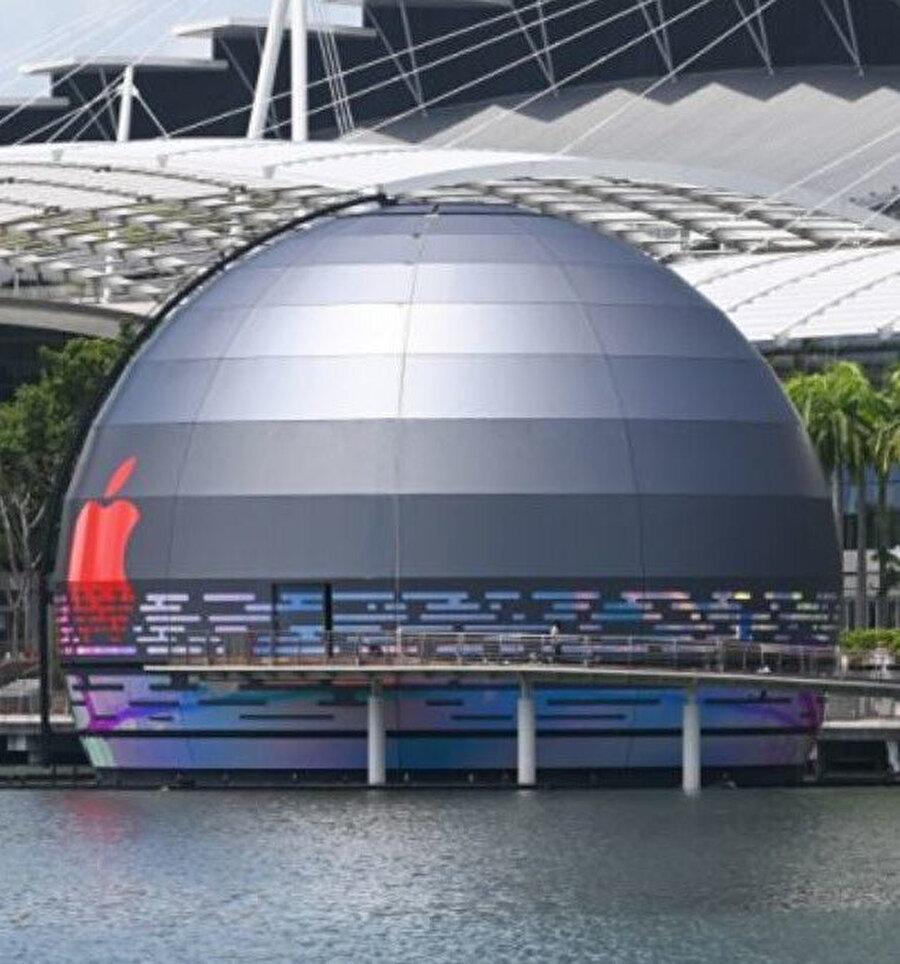 Apple, Singapur'daki yüzen mağazasının yakında açılacağını belirtiyor.