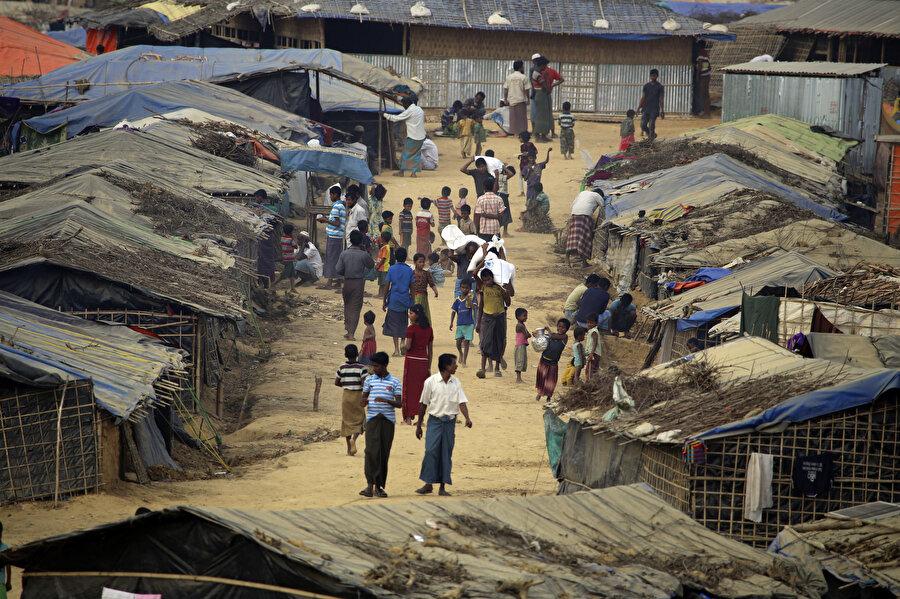Bangladeş'e sığınan Arakanlı Müslümanlar Cox's Bazar'daki mülteci kamplarında yaşamını sürdürmeye çalışıyor.