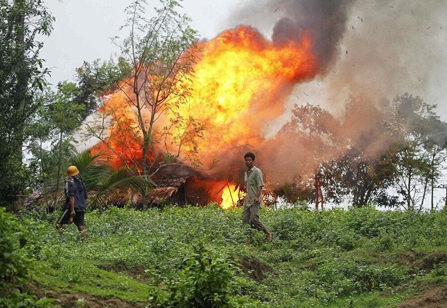 2012'nin haziran ayında Budistler ile Müslümanlar arasında çıkan çatışmalar sırasında ateşe verilen evler.