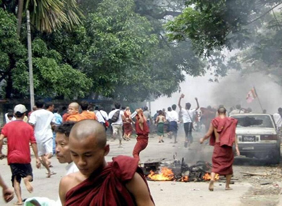 Budist rahiplerin de olduğu Arakanlılar, 9 yerleşim birimindeki Müslüman mahallelerini ateşe vermişti.