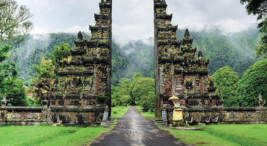 Bali, Küçük Sunda Adalarının en batısında yer alan Endonezya'ya bağlı bir adadır