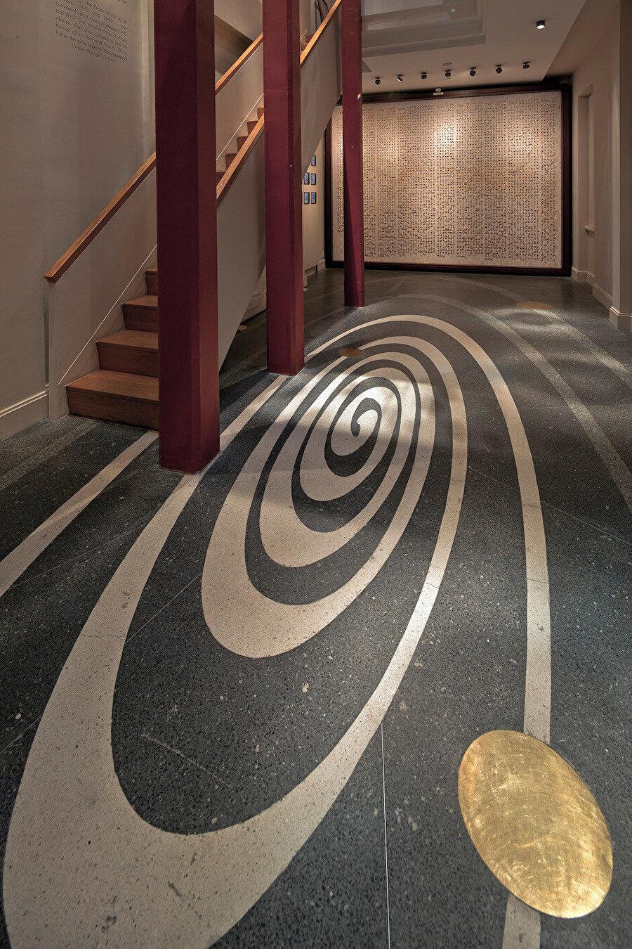 Müze girişindeki yere, romandaki anıların birleşmesini simgeleyen bir zaman spirali yerleştirilmiş.