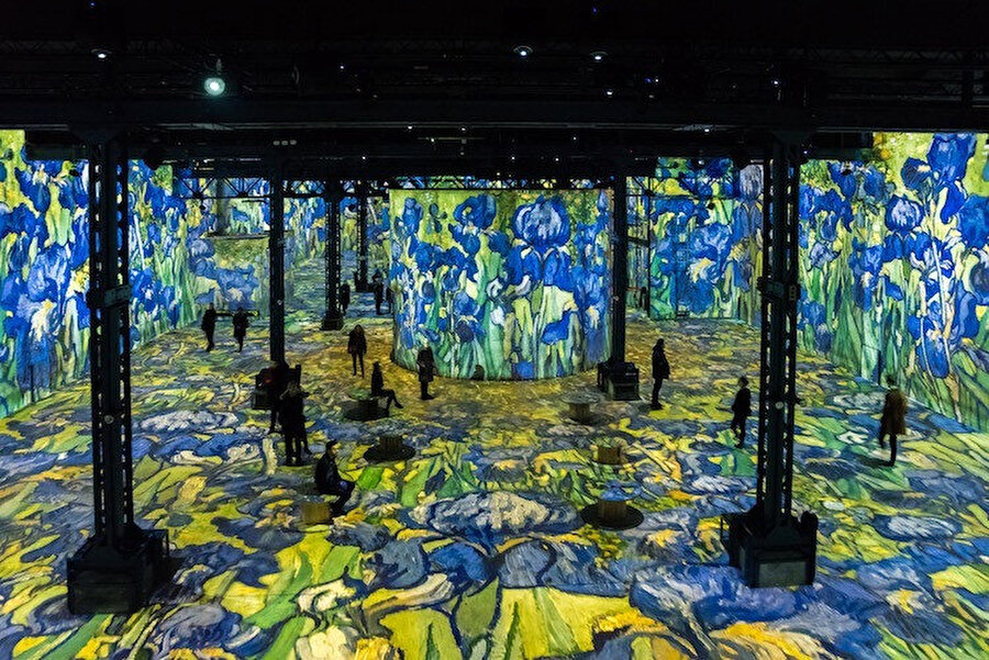 Sanatçının paletindeki renkler; duvarlara, zemine ve tavana saçılmış halde.