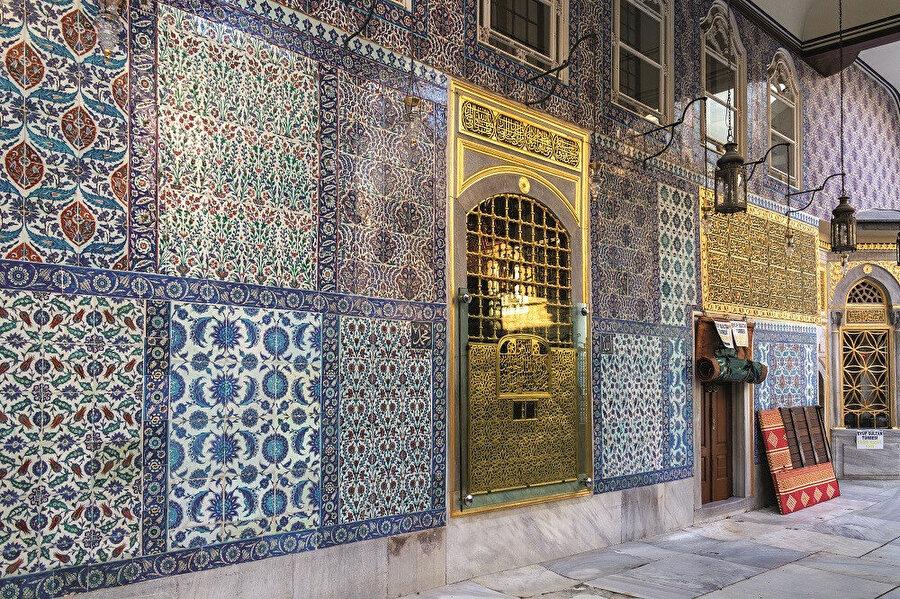 İstanbul'a gelen kişinin ilk nyapacağı şey, Ebû Eyyûb elEnsârî (r.a.) hazretlerini ziyaret etmek ve destur almaktır.