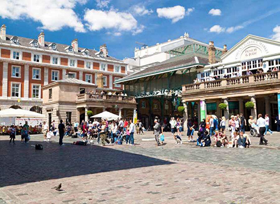 Covent Garden, Londra'nın tiyatro ve eğlence merkezi West End'de yer alır.