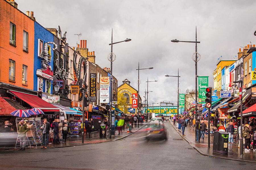 Regent Kanalı'nın yanı başındaki Camden Town, kıyafetlerin ve ilginç ürünlerin satıldığı pazarıyla ünlüdür.